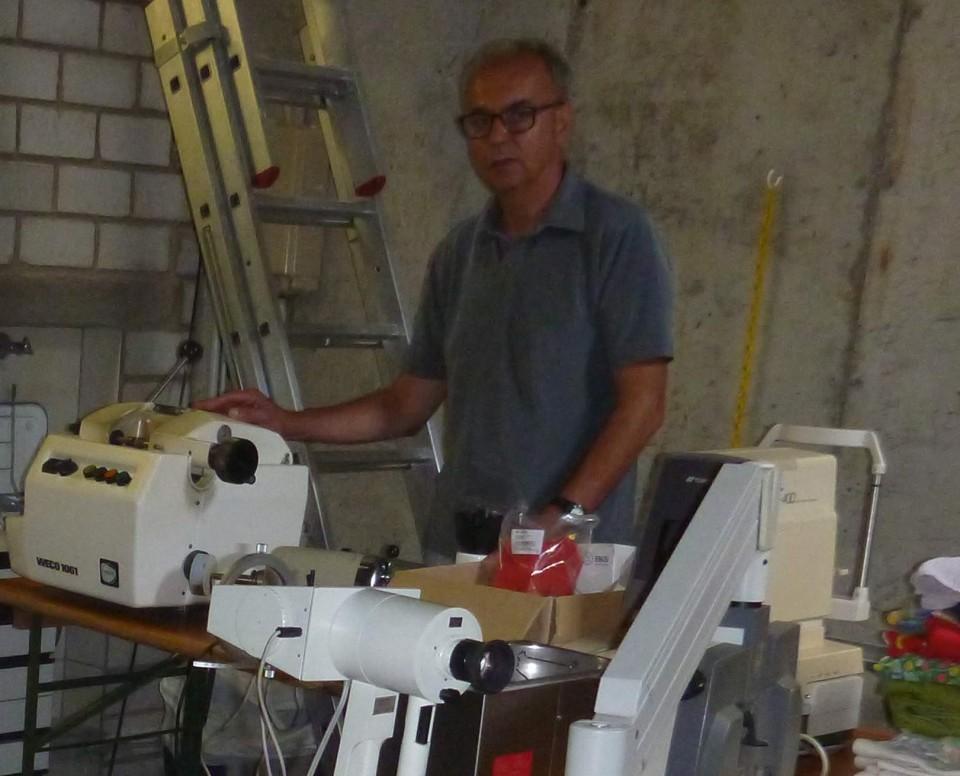 Optikermeister Max Heinrichs engagiert sich bereits seit vielen Jahren in Kamerun, hier auf dem Bild bei der Einrichtung einer Optikerwerkstatt mit Geräten, die er in Deutschland gesammelt und hergerichtet hat.