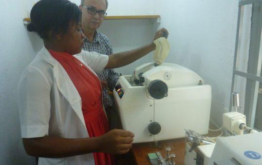 Max Heinrichs und Dominique Chieuteu in der Augenoptikerwerkstatt in Ambam in Süd-Kamerun