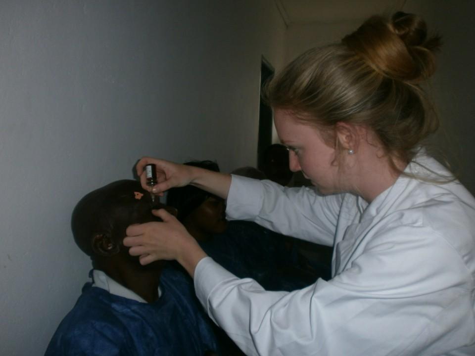 Clara Schmitz behandelt einen Patienten mit Augentropfen