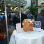 """Unser Augenhilfe-Sparschwein steht noch bis zum 14. November in der Sparkasse Korschenbroich und wartet auf """"Fütterung"""" für weitere Operationskampagnen."""