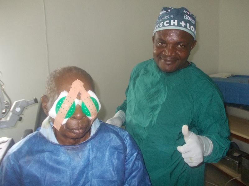 Dr. Giles Kagmeni mit seinem Patienten nach erfolgter Doppel-OP