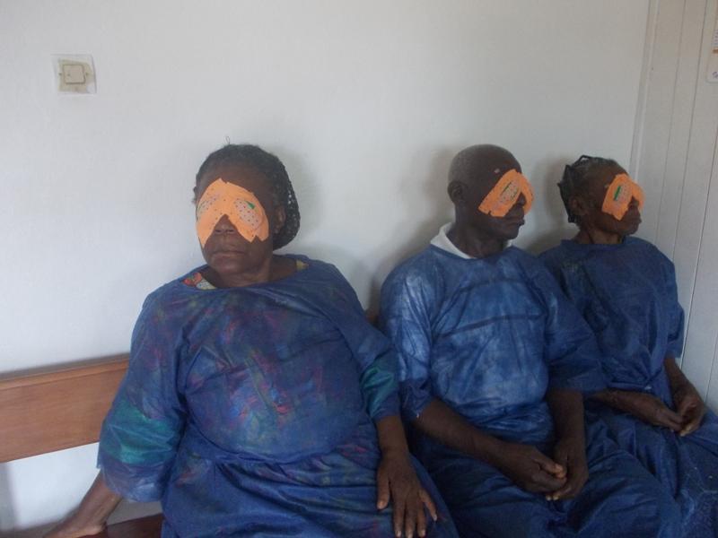 Eine besondere Herausforderung stellten diese Blinden für die Augenärzte dar. Sie wurden ausnahmsweise gleich an beiden Augen am Grauen Star operiert. Ihnen wurden Linsen eingesetzt, die die Mönchengladbacher Augentagesklinik Visio 100 gespendet hatte.