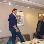 Hajo Rebig und Max Heinrichs hängen im Gasthaus Stappen Bilder der Augenhilfe Afrika auf