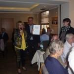 Gundhild Tillmanns ehrt Carmen, Janick, Pascal und Lara Stappen. Pascal und Lara haben den Anstoß für den Benefizabend gegeben und Janick hat die Gäste mit bedient.
