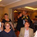 Max Heinrichs bedankt sich beim Stappen-Team mit Blümchen