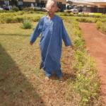 Stolz posiert Mohamadou fürs Foto. Er ist stolz, dass er während seiner Augenoperation unter Lokalanästhesie brav stillgehalten hat
