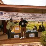 Die mitgebrachten 240 Kilogramm an medizinischem Reisegepäck müssen Dr. Gilles Kagmeni und Dr. Raoul Cheuteu nach erfolgreicher Operationskampagne in Tibati nun mit der Eisenbahn wieder nach Yaoundé schaffen.
