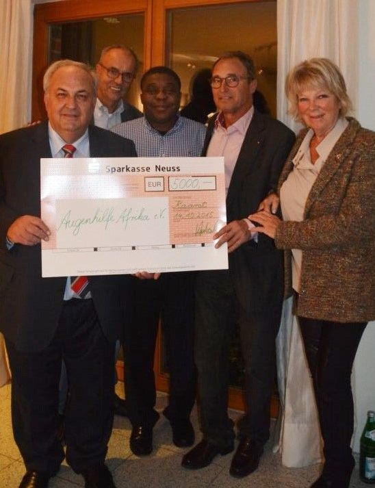 Peter Holzenleuchter, Max Heinrichs, Raoul Cheuteu mit Dr. Reinhard Mantel und Dr. Regina Mantel vom Lions-Club Kaarst-Büttgen