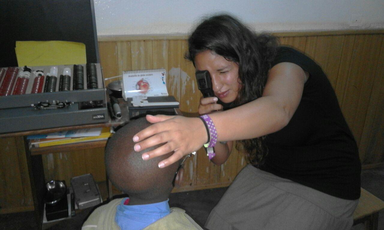 Optikerin Jacqueline Christine Steiner untersucht einen Patienten