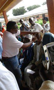 Dr. Raoul Cheuteu untersucht einen Blinden