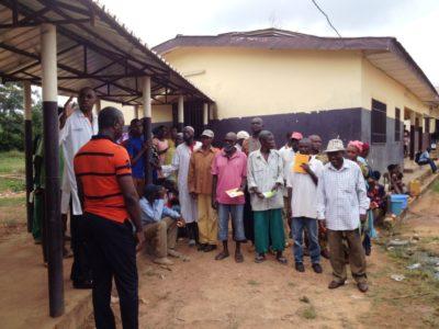 Wartende Patienten bei einer Opeartionskampagne der Augenhilfe Afrika e.V.